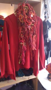 Roter Pullover mit Schal
